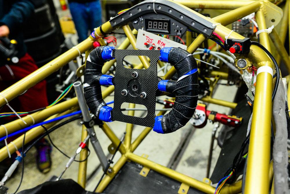 就和所有的賽車運動一樣,一個車隊的從無到有,少不了各家廠商的鼎力相助,賽車工廠也不外乎如此,像是他們與國內ECU大廠aRacer緊密配合,使用專為雙缸車而生的RC2 ECU,利用簡單好上手的SpeedTuning調校程式,調整引擎供油曲線,藉此提升油耗、動力效率,搭配使用QuickShifter快排,簡化操控流程,並藉由Race Function模組提供賽道紀錄功能,在一次一次的練習中逐漸修正錯誤,對於提升成績有十足的幫助。  實車完成後,賽車工廠都是到南寮漁港旁的停車場進行駕駛練習,車手配戴由KYT贊助