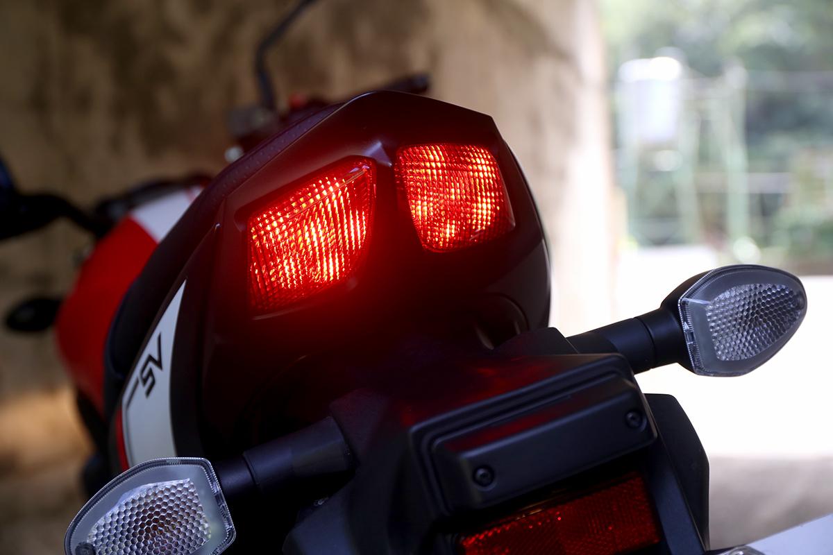 相對於樸實的頭燈,尾燈則相當運動,與之前GSX-R 車系同樣的雙尾燈設計。