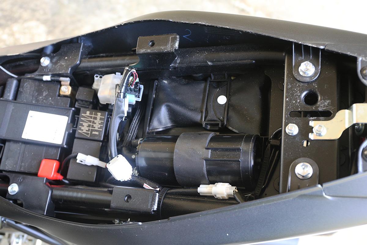 二次回收罐相較SFV650 需要放在外面,SV650 則收在座墊內,讓外觀保持簡約線條。
