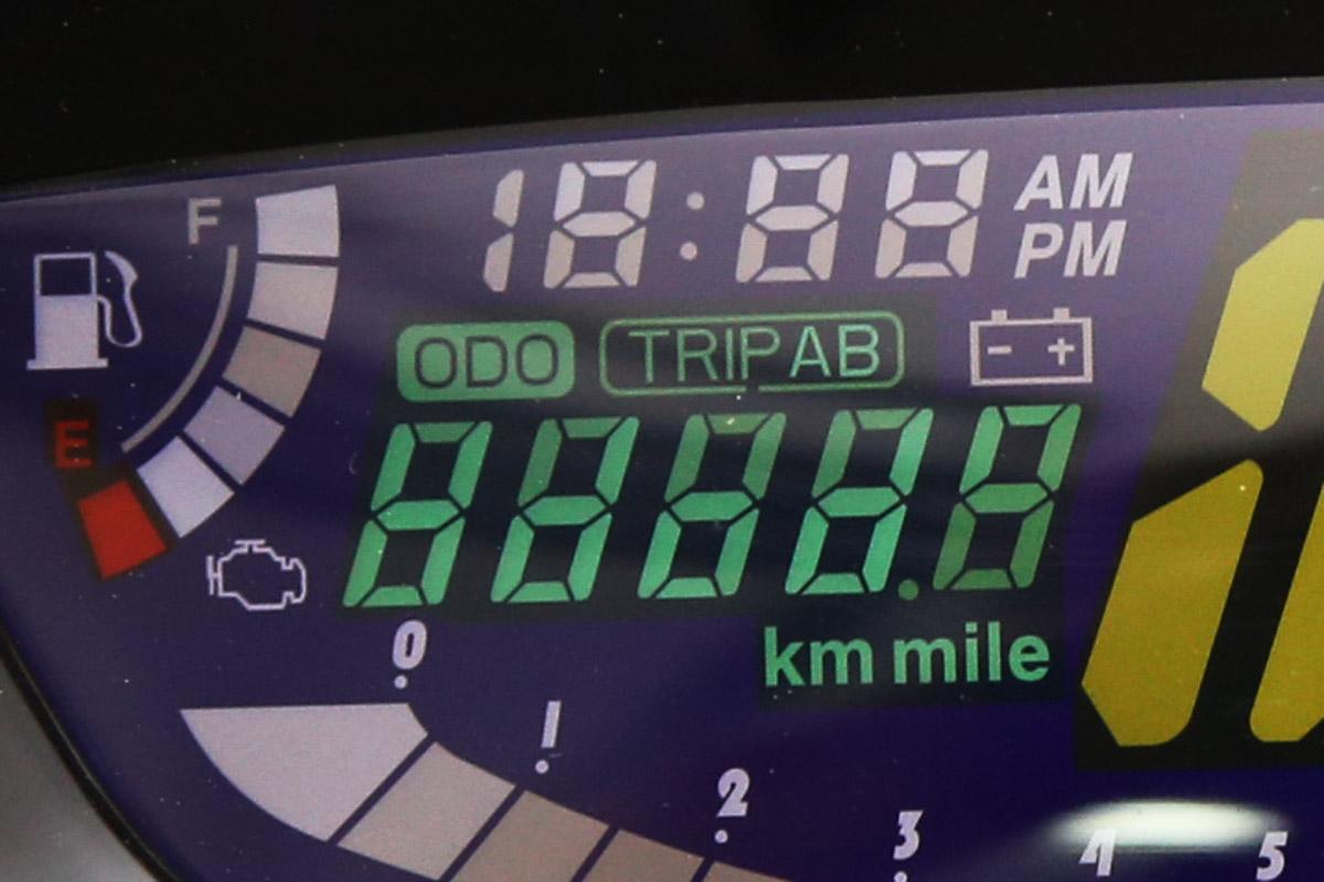 多功能液晶錶,具備時間、單次里程、總里程與低電壓警告。