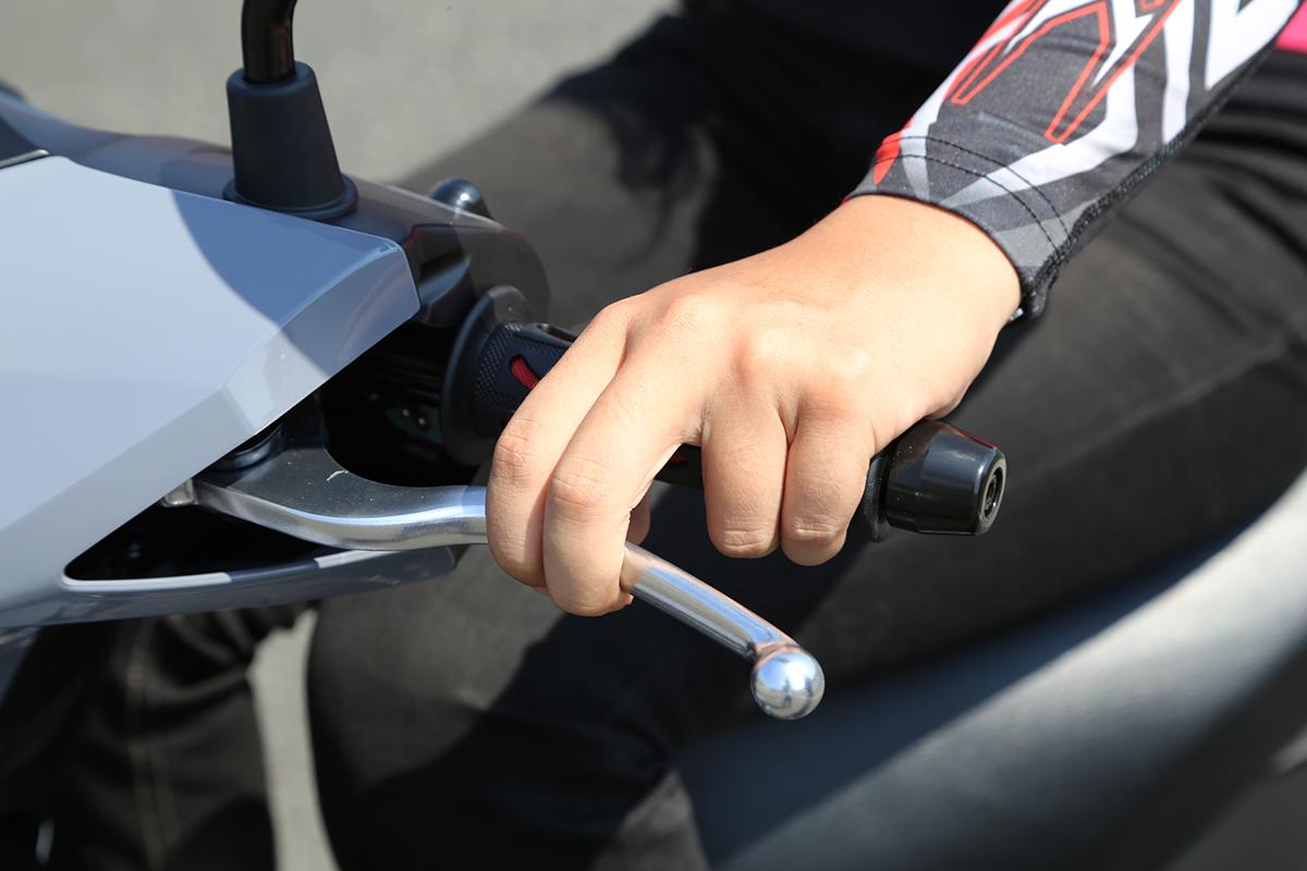 兩指是常見的煞車方式