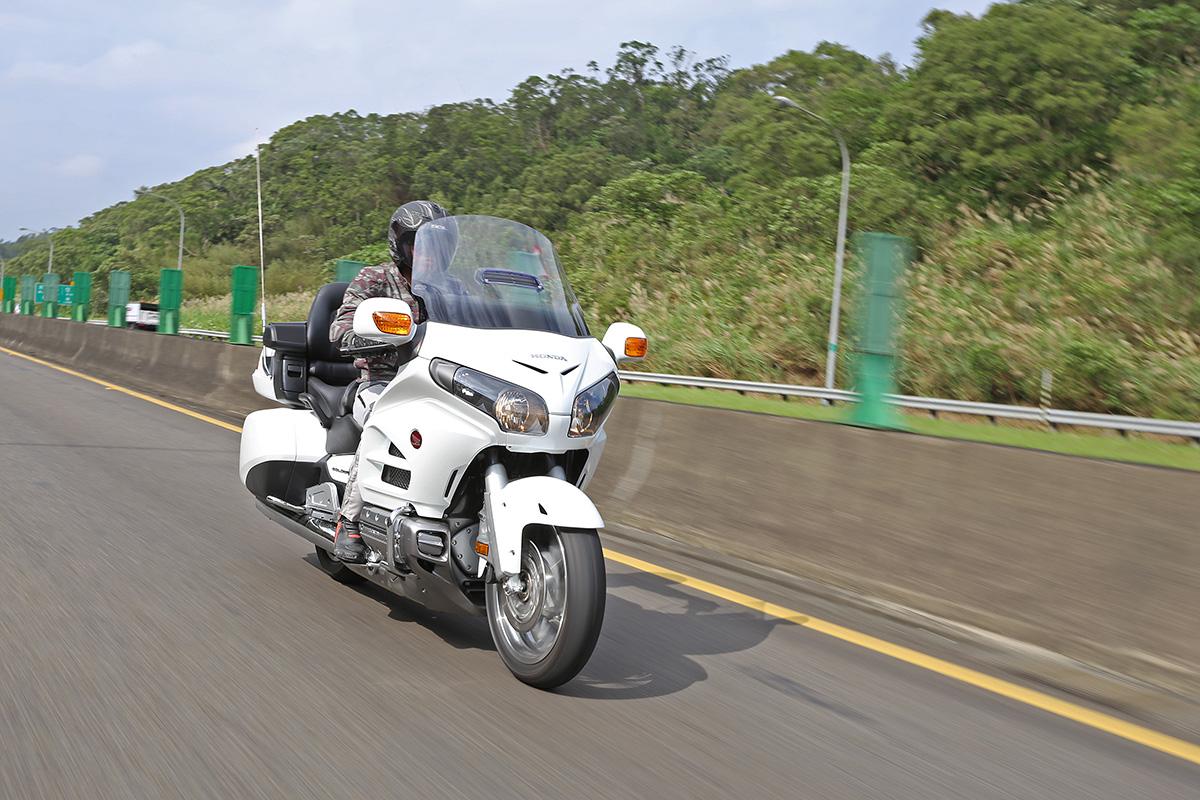 在快速道路上騎乘GL1800,再放個音樂,絕對是最快意的享受