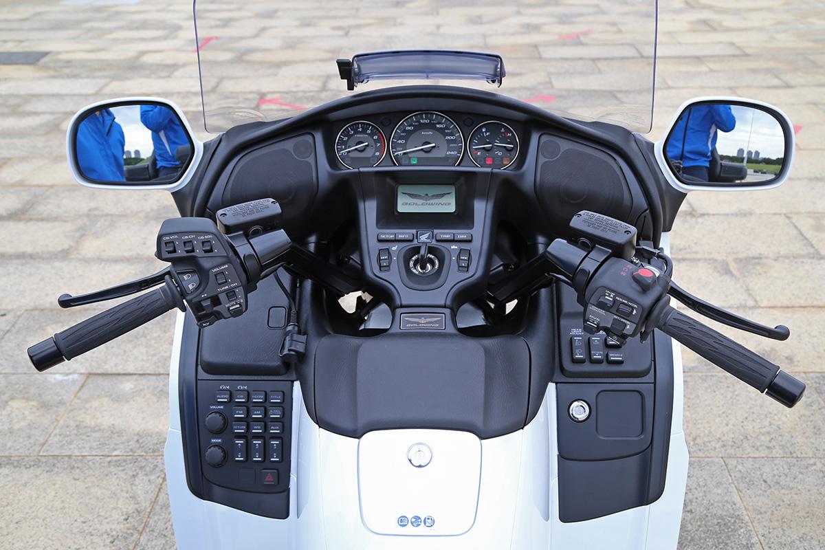 整個駕駛介面,兩側把手、中央與兩側,遍布各式開關按鈕。