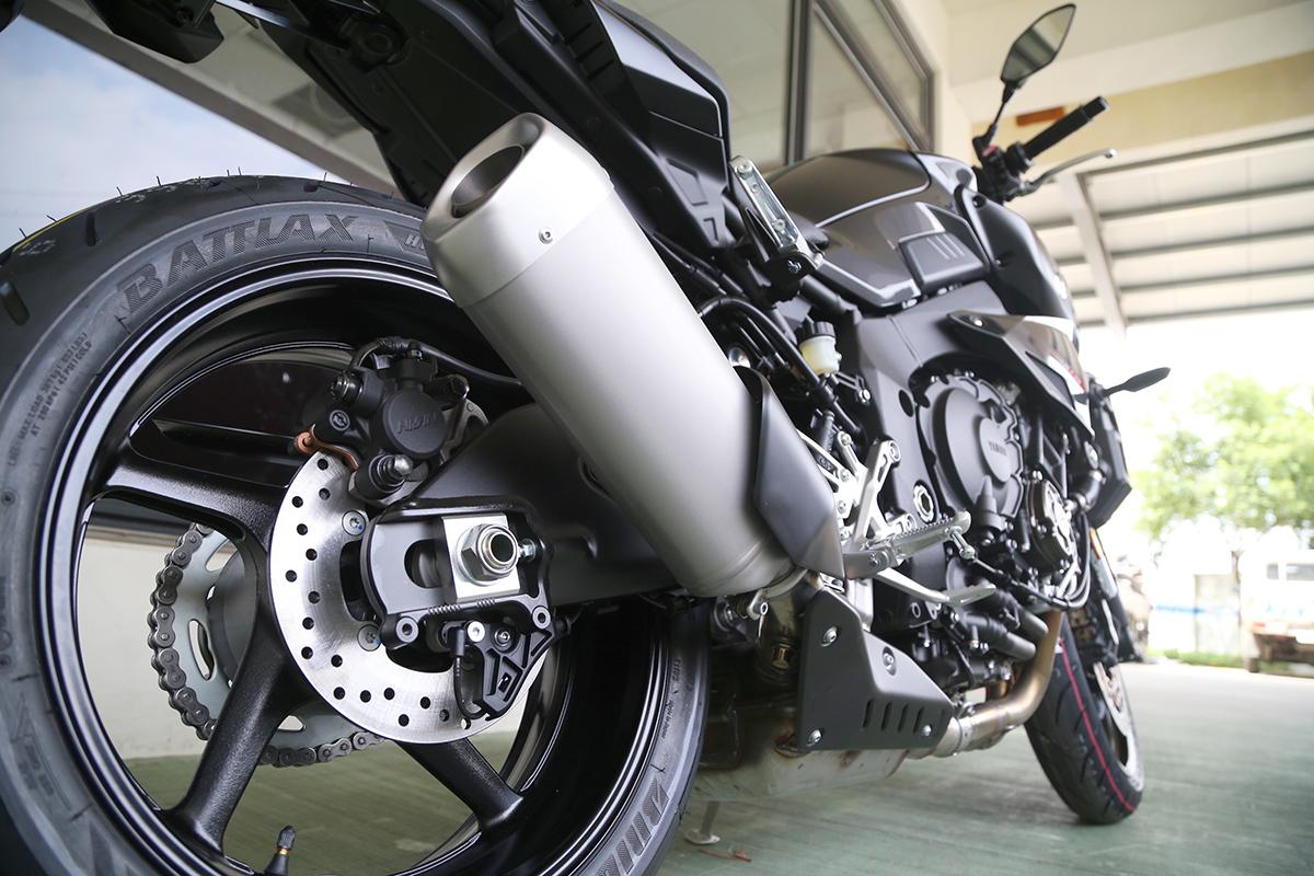 看起來與R1 同樣的排氣管,但也針對引擎內部做了修改