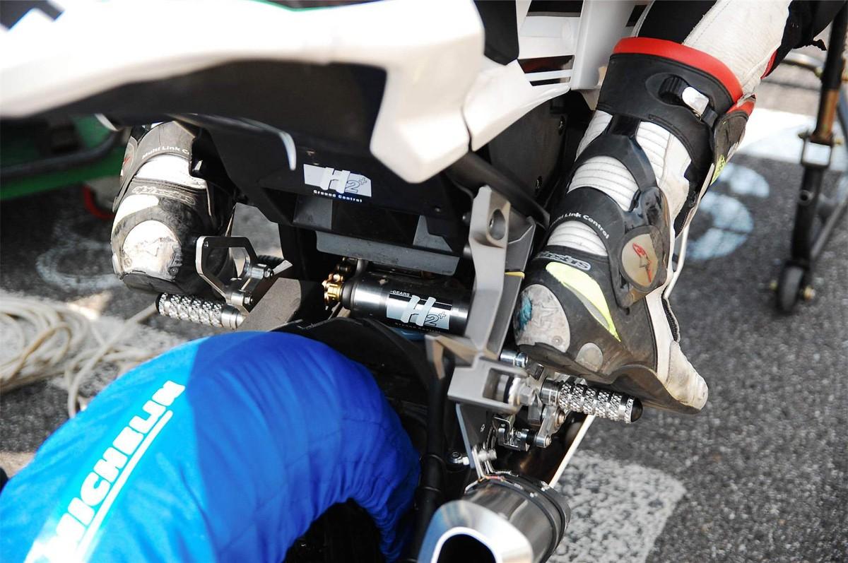 賽車裝載Gears H2+ 單槍避震。