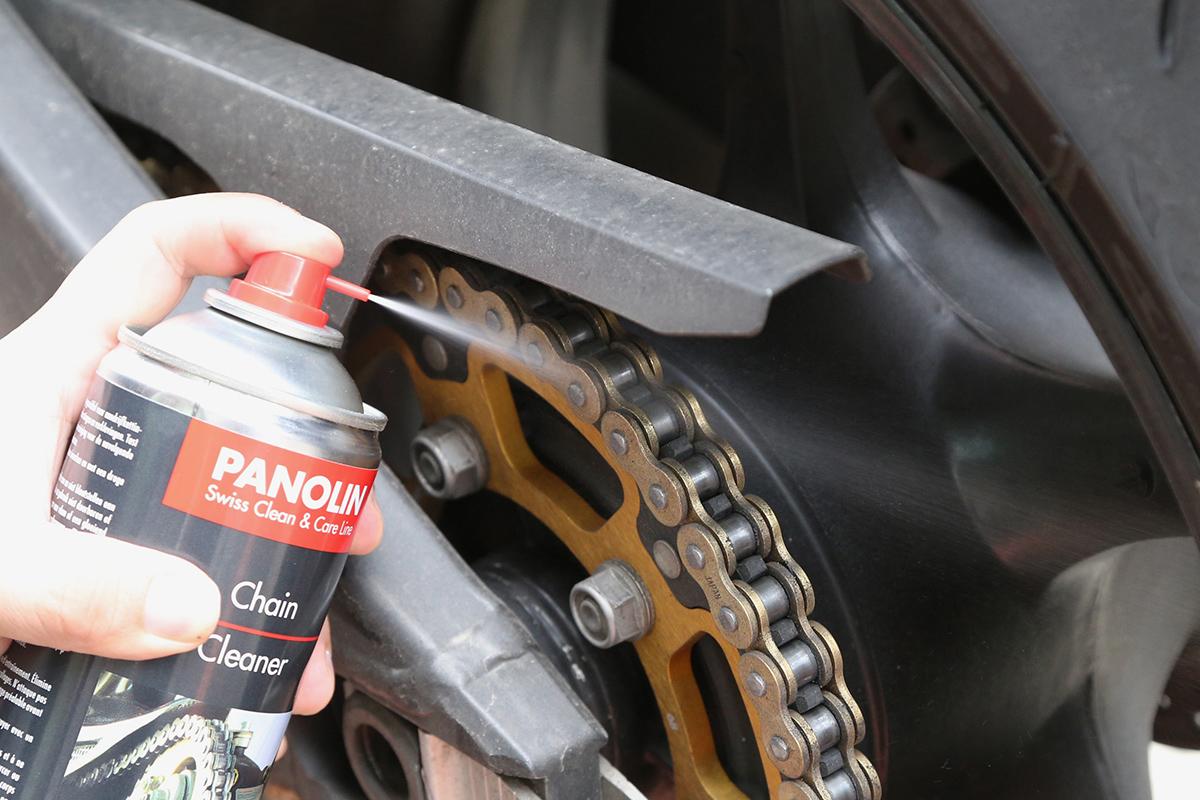 測試PANOLIN 鏈條清潔劑的效力,不使用軟布或刷子,直接單靠噴灑壓力。
