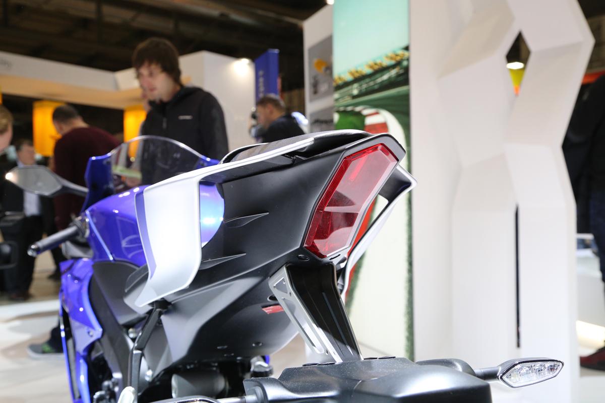 和R1同樣的車尾設計。