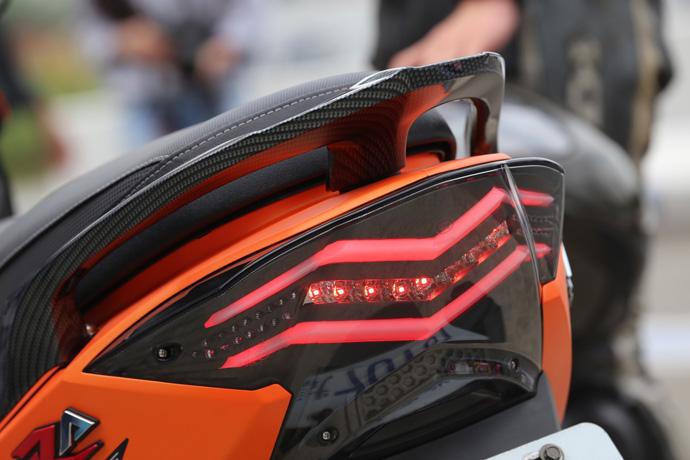 尾燈為導光條,煞車燈為LED燈組