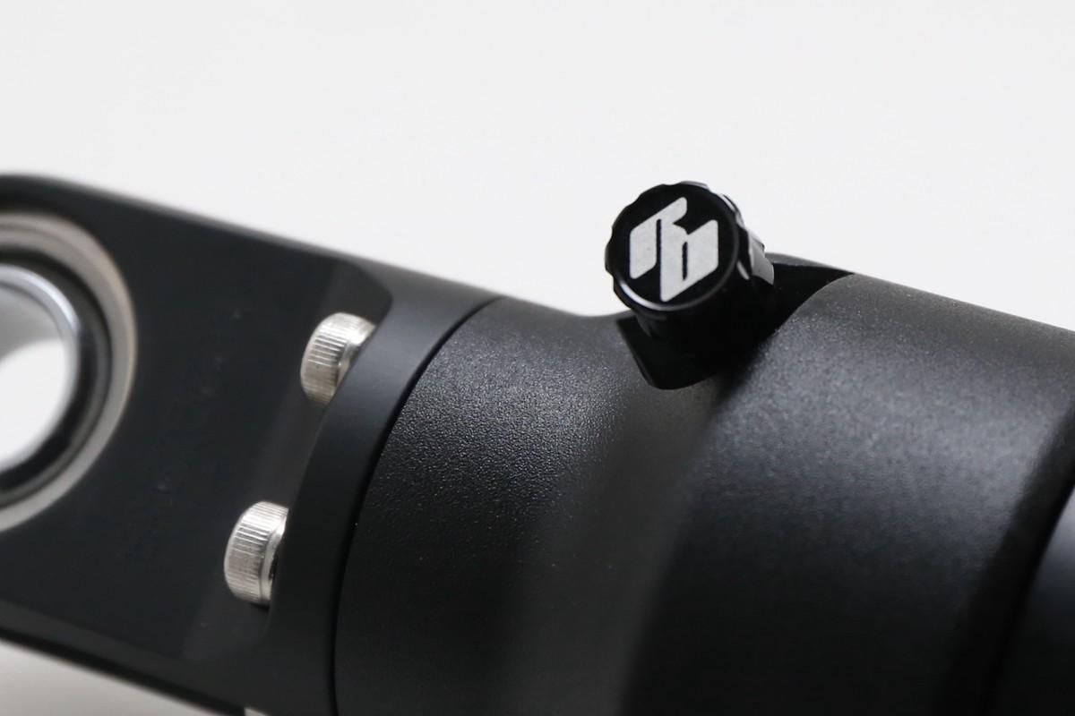 Bazooka 1.0 這次新設計還有包括支援雙側打氣的氣嘴,氣嘴蓋有明顯的RB 商標。