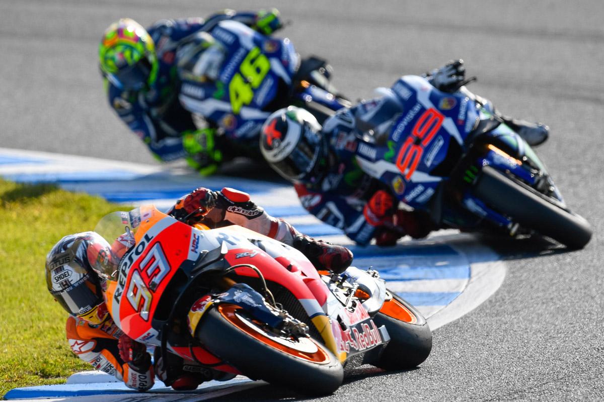 但賽事僅來到第三全,Marquez 就瞬間超越Lorenzo,絲毫不給Lorenzo 反擊機會。