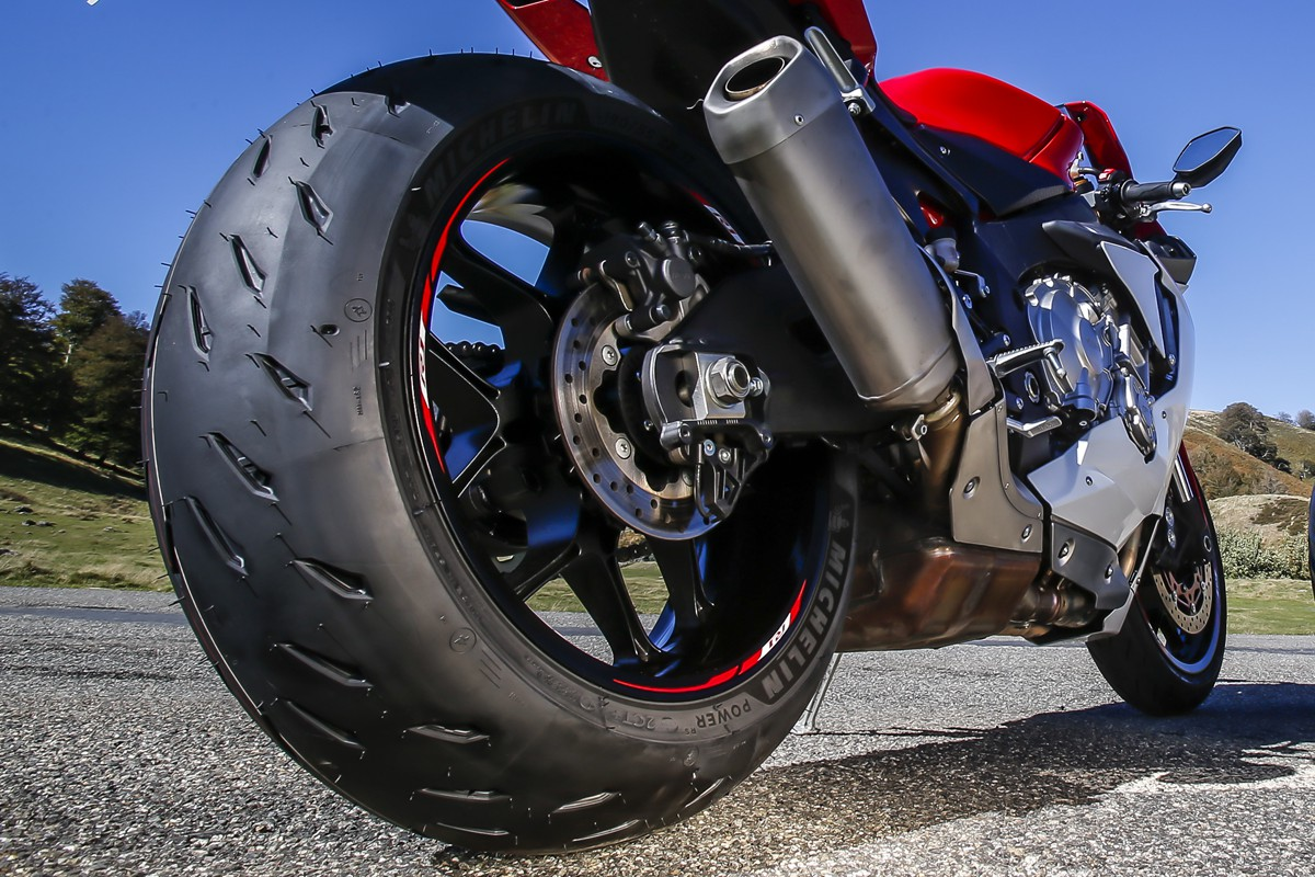 michelin-powerrs_yamaha-r1_047