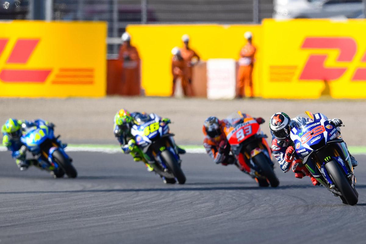 比賽一開始,由Lorenzo 領先,Marquez 與Rossi 緊跟在後。