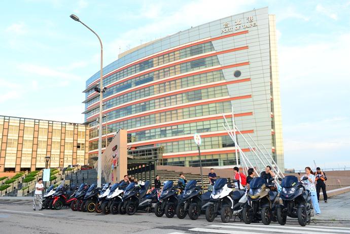 在台北港聚集了大約30台3D-350,準備往台南出發。