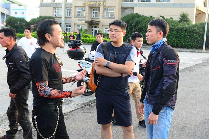 馬上跟陳為民大哥討教改裝心得,一旁的林東閔執行長也聽得津津有味。