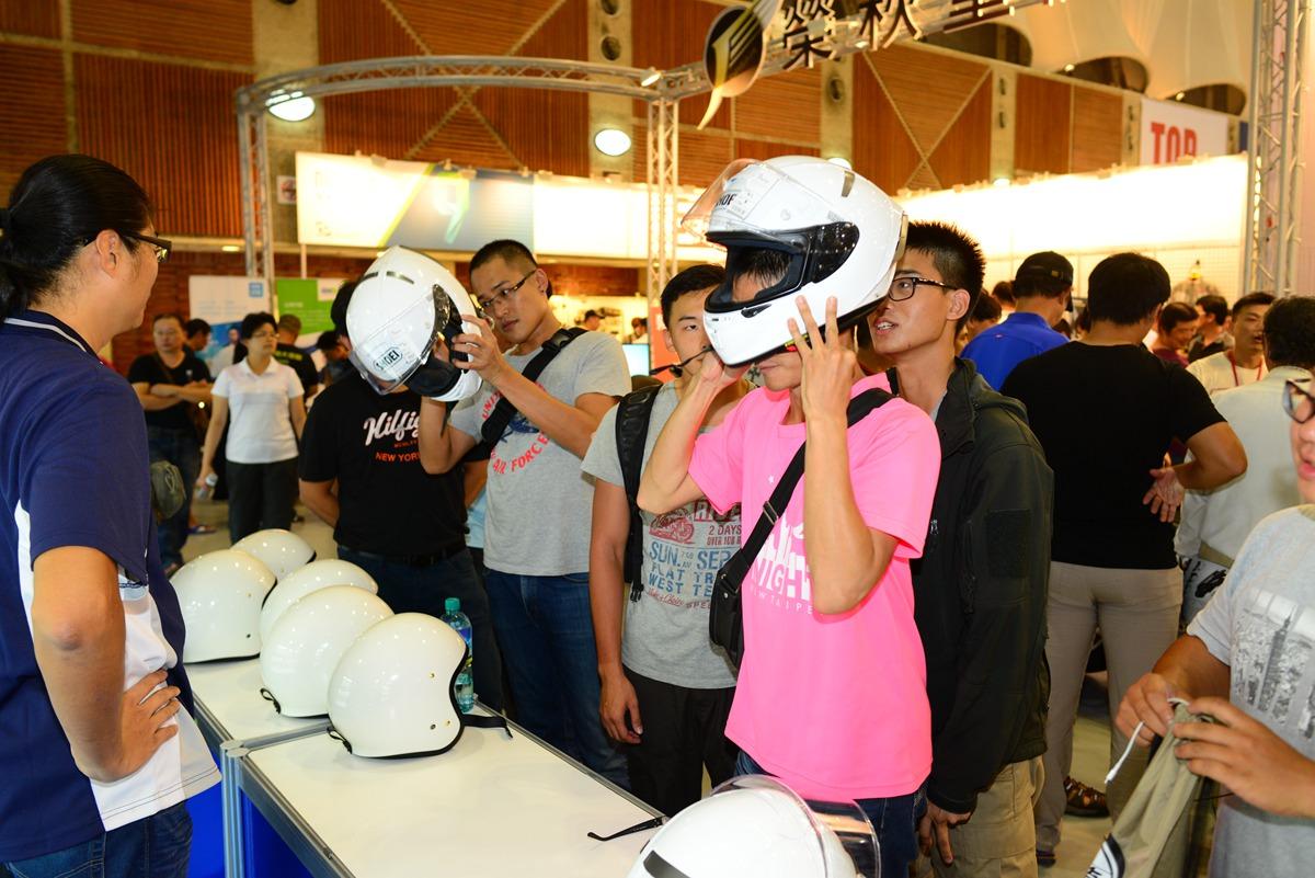 SHOEI 攤位提供X-14、J‧O 各尺寸的帽體供試戴。