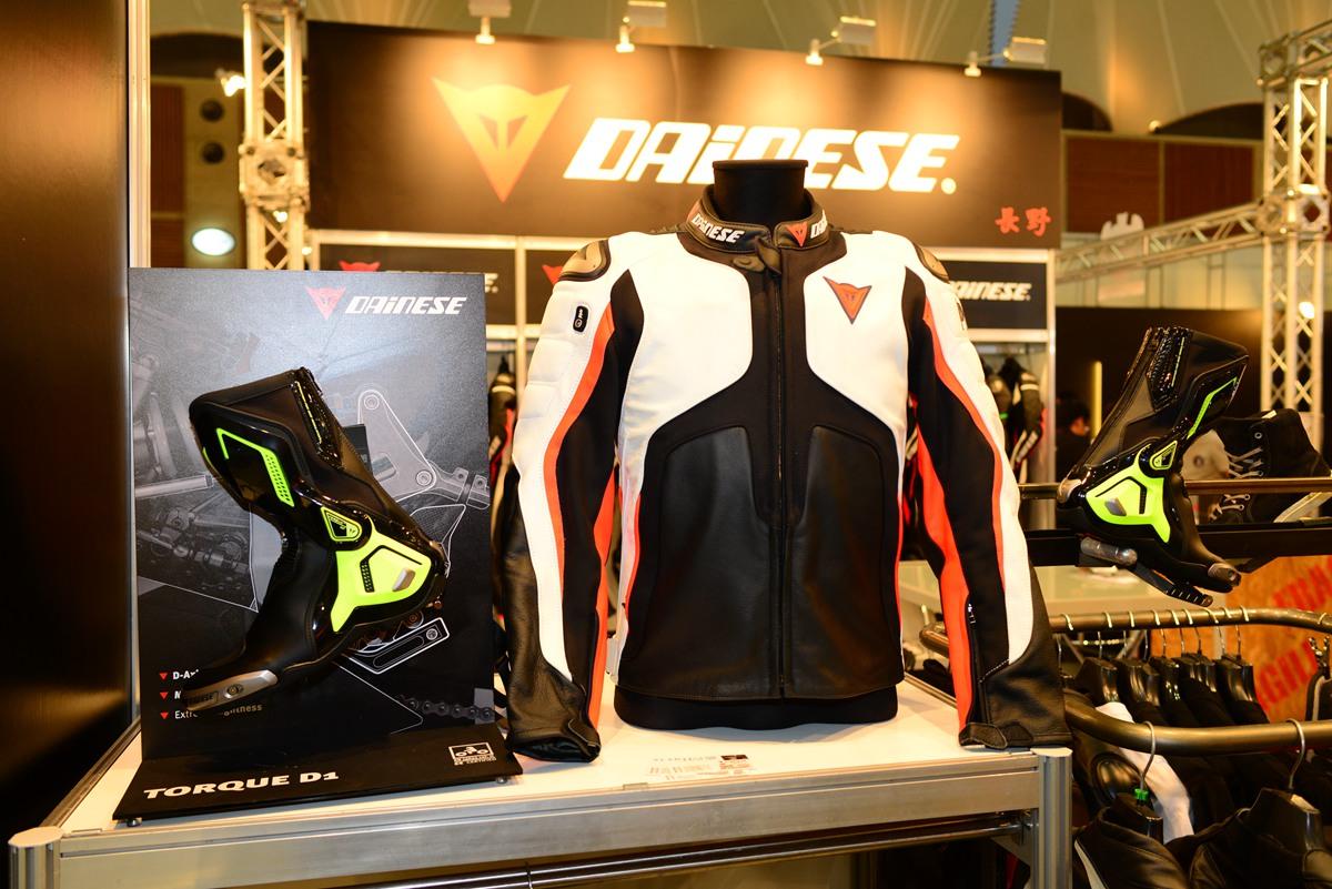Dainese 攤位展示最近最熱門的Misano 1000 D-Air 防摔外套,以及入門級的NEXUS 車靴。