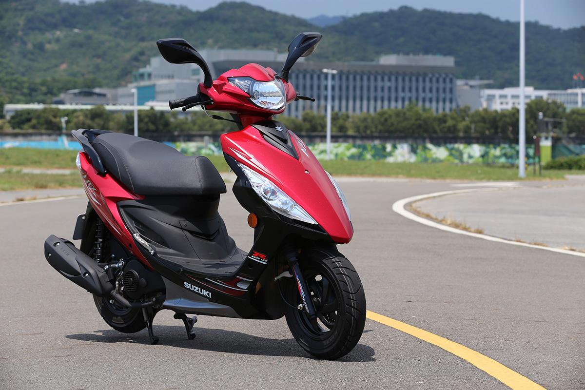 SUZUKI NEX GSR125 紅黑配色。