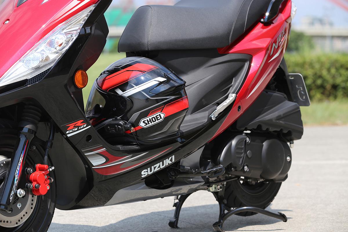 車側的線條拉花,與SHOEI Z7 的塗裝相當搭配。