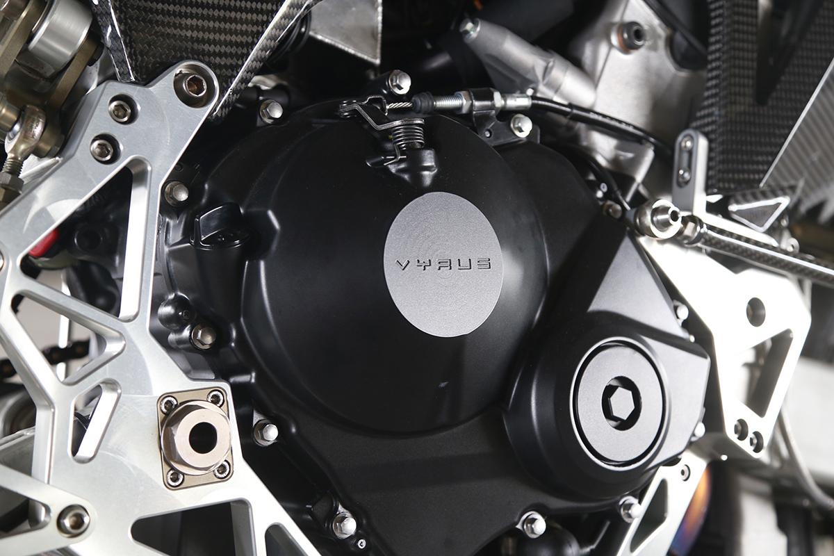 雖然是HONDA CBR600RR 的引擎,不過Case 換上刻有VYRUS 字樣的版本