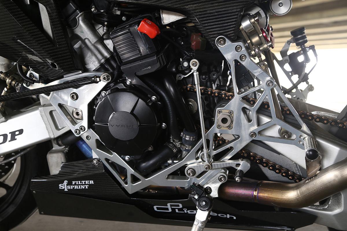 因應直四引擎,特色的OMEGA 車架改為倒置的方式