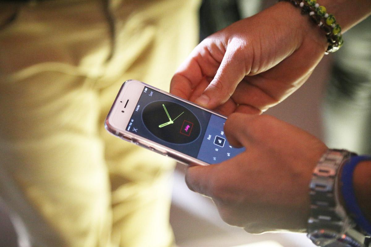 可透過手機自行設計或選擇其他風格的顯示面版