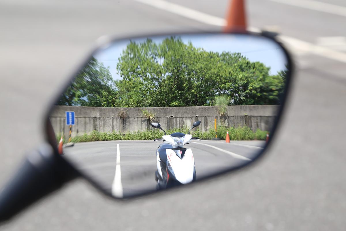 照後鏡的視野調整建議將地平線放在下方1/3處,左右一個車道寬