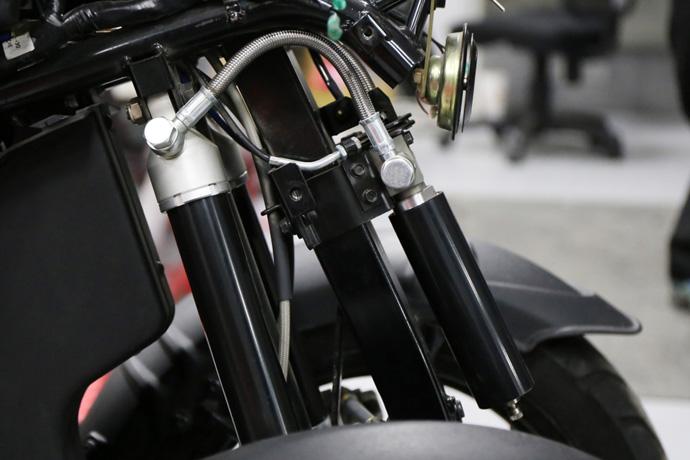 兩支避震氣瓶透過高壓管連通。