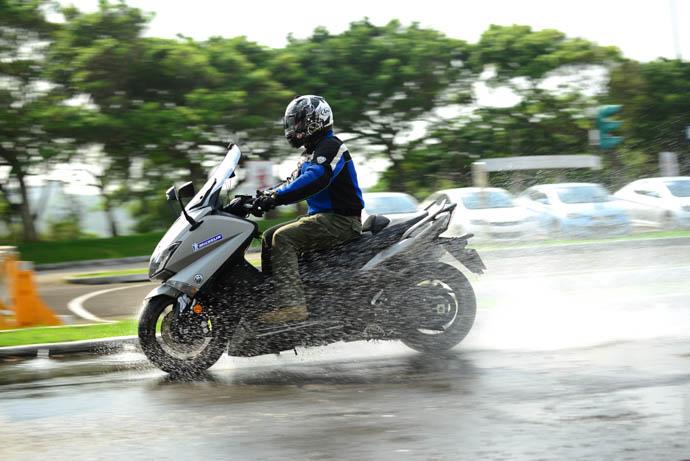 搭載Road 4 SC 時水花明顯更大,不知是不斷注水下積水變高還是輪胎本身強大的排水效果。
