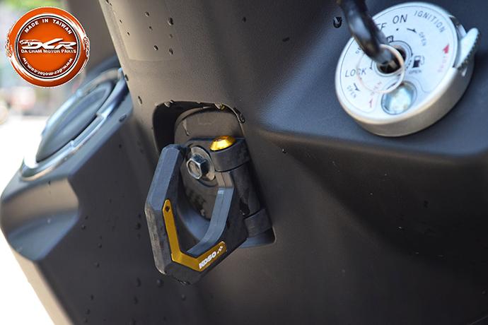KOSO 碳纖維格掛勾增加車輛細節質感。
