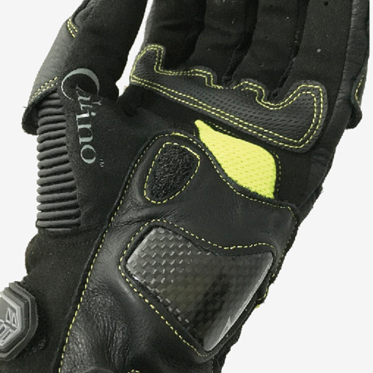 虎口、握把處的 PU 強化耐磨面料和立體剪裁,讓布料緊密配合手部的形狀。