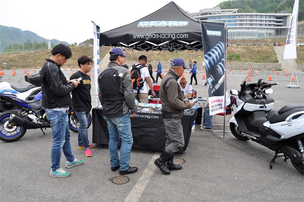 Gears 在比賽現場擺出產品攤位,吸引不少車友圍觀。