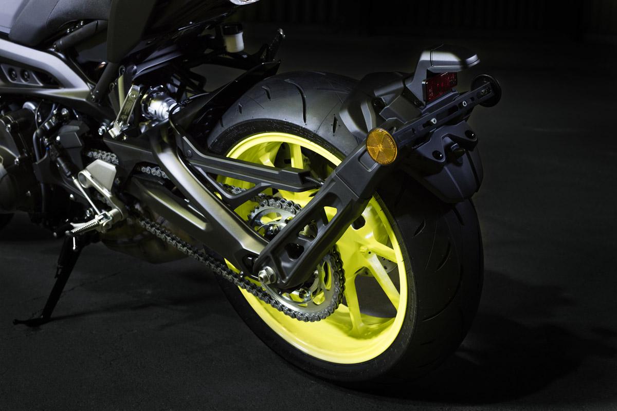 因為縮短的車尾,牌架改由搖臂上的鍛造鋁合金支架固定,也是YAMAHA首次使用的設計。