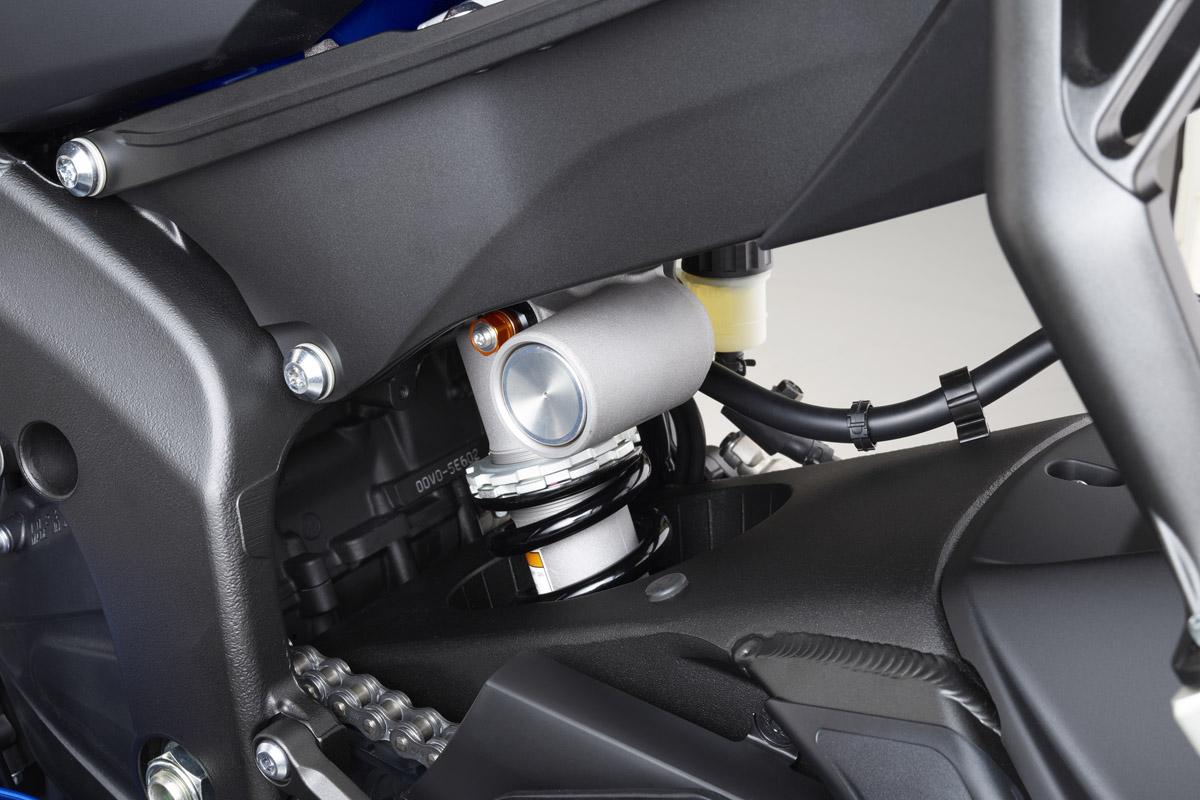 與R1 同樣的KYB 避震,壓縮阻尼還可獨立進行高低速調校。