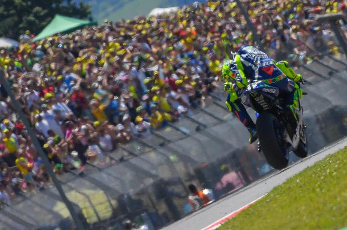 比賽到一半Rossi 發現自己的引擎有問題。