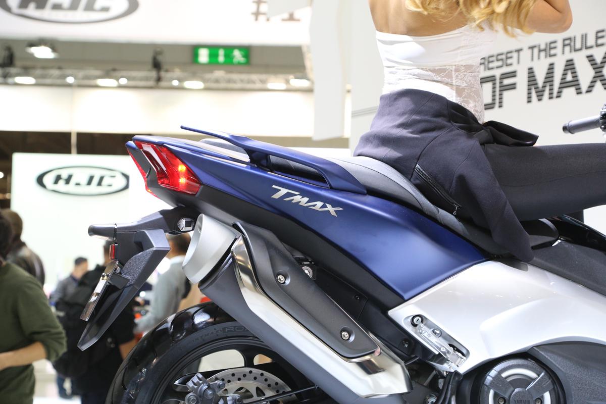 新的TMAX 排氣管尾段造型與車尾一同勾勒出更運動化的上揚線條。