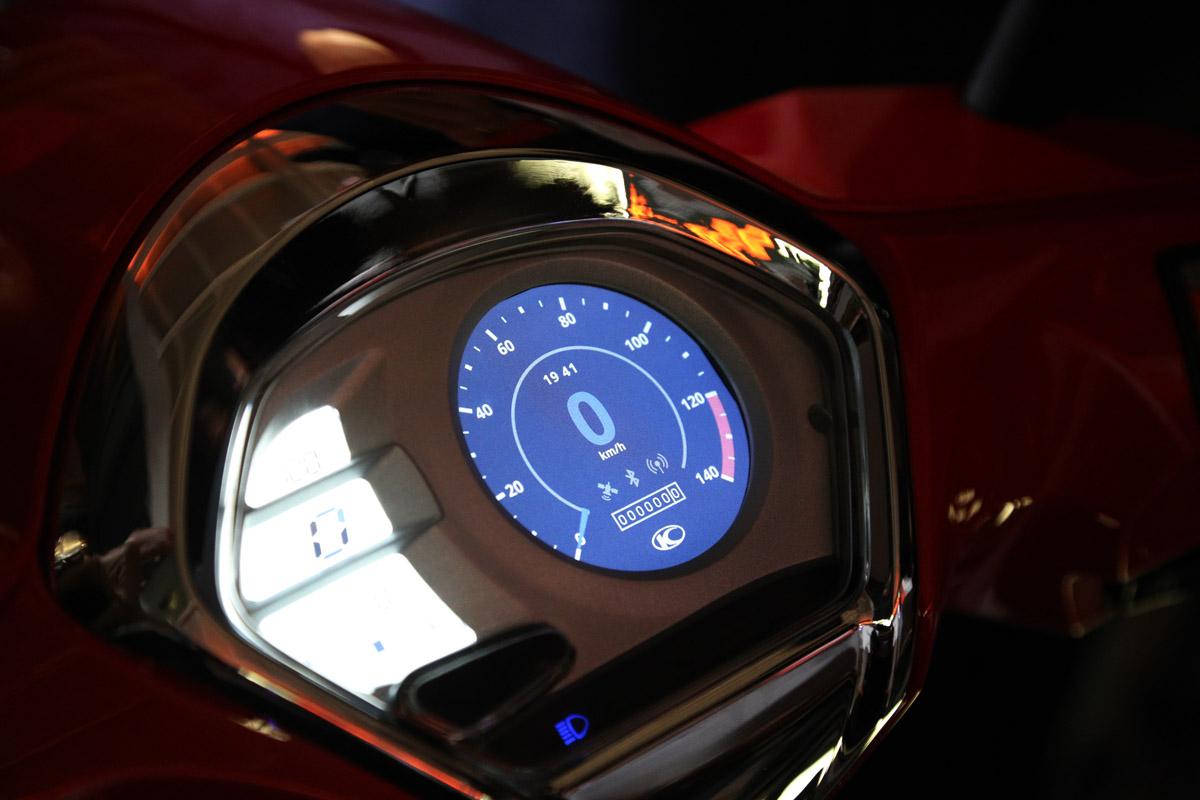 右邊圓型液晶就是NOODOE 的顯示螢幕