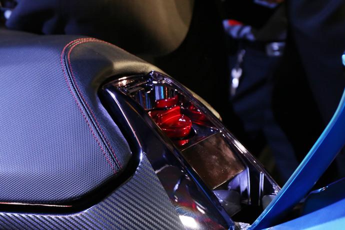 加油孔位在座位前端。