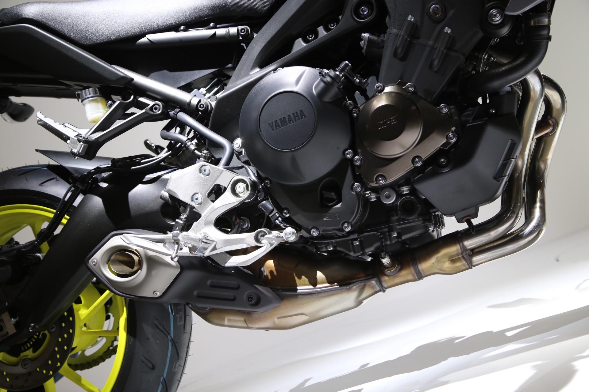 因應EURO4,排氣管更換,而且連引擎Case 外蓋也換成和日規MT-09同樣的全包覆式的設計。